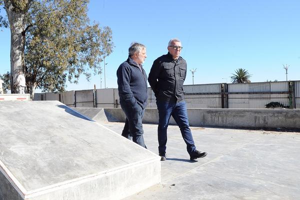 Julio Zamora recorrió las obras del nuevo skatepark municipal