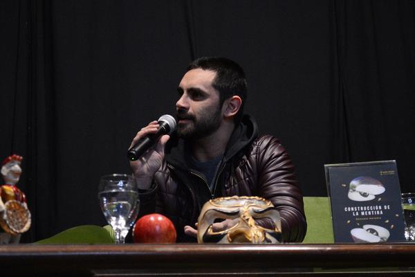 """Gonzalo Heredia presentó en Tigre su novela, """"Construcción de la Mentira"""""""