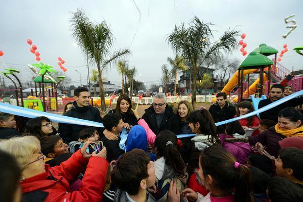 Julio Zamora en la inauguración de la plaza renovada número 15, en el barrio El Arco de Benavídez.