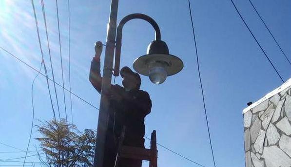 Se extiende la colocación de luminarias en veredas de Don Torcuato Oeste