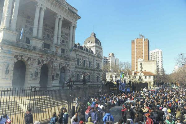 Incidentes en protesta de trabajadores del Astillero Río Santiago frente a la gobernación