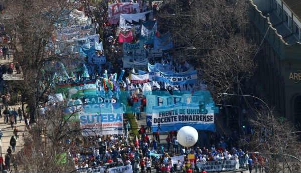 En el segundo día del paro, los docentes bonaerenses marcharon a la gobernación para reclamar aumentos salariales