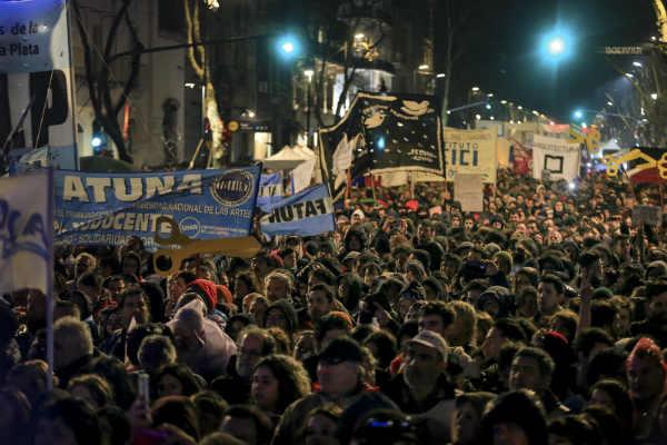 gremios universitarios protagonizan una  multitudinaria marcha en Plaza de Mayo