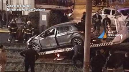 Las Cámaras de San Fernando captan el momento en que un auto es embestido por un tren