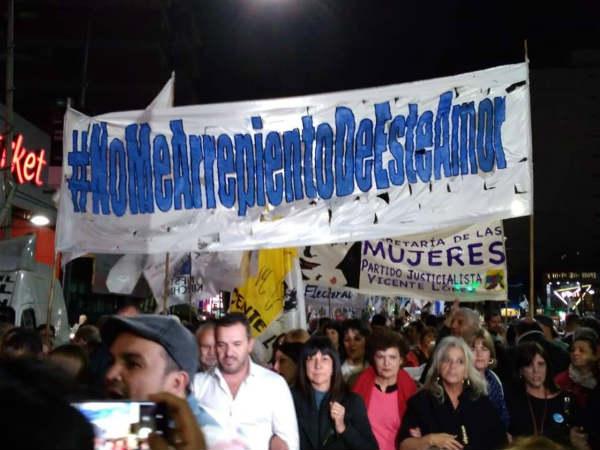 Militantes kirchneristas marcharon en Olivos en rechazo a posible quita del nombre de Néstor del distribuidor costero