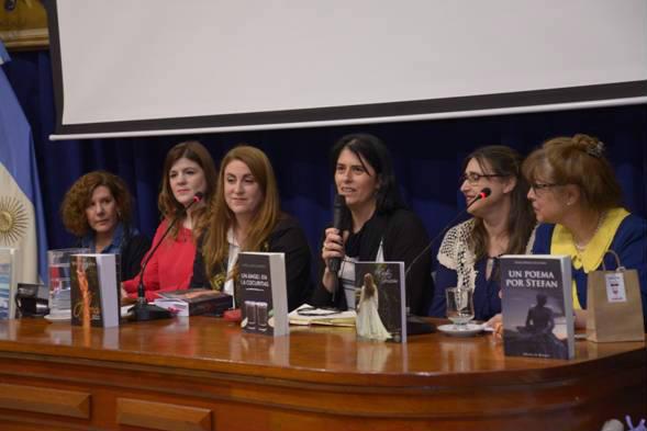 María Valeria Naya, Vanesa Spinelli, María Laura Gambero, Mimi Romanz, Estela M. Escudero y Silvia Itkin brindaron una charla distendida, la cual transmitió cómo se desarrolla en la actualidad el proceso de creación de una novela romántica.
