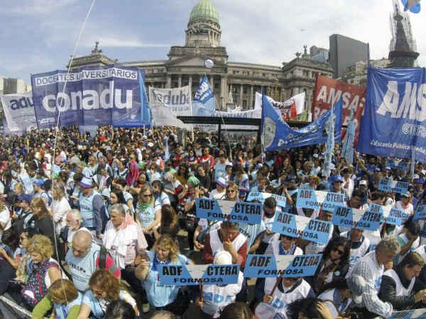 Masiva marcha de gremios docentes al Congreso por salarios y más presupuesto