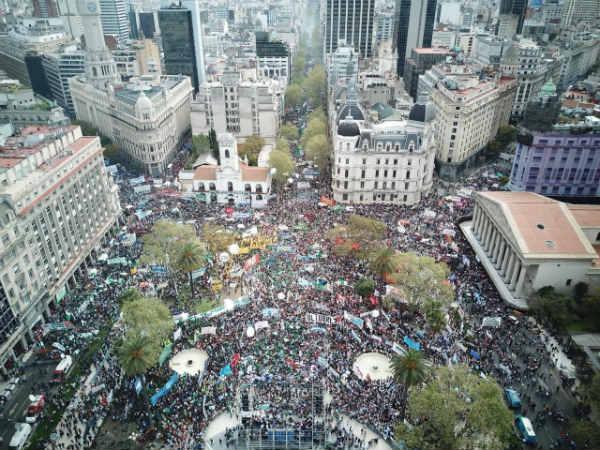 LAS CTA iniciaron su paro de 36 horas con una masiva marcha a Plaza de  Mayo junto a camioneros y movimientos sociales