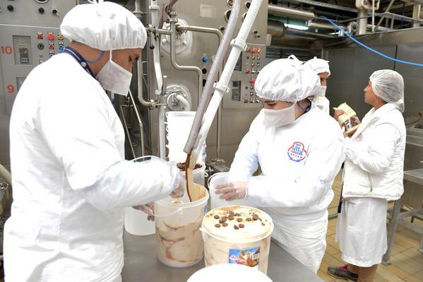 """Comentario: El intendente de Tigre, Julio Zamora, visitó la fábrica de la compañía Ice Cream, radicada en la localidad de El Talar desde 1998. """"La presencia del Estado municipal es fundamental para fortalecer a los productores locales"""", remarcó el jefe comunal."""