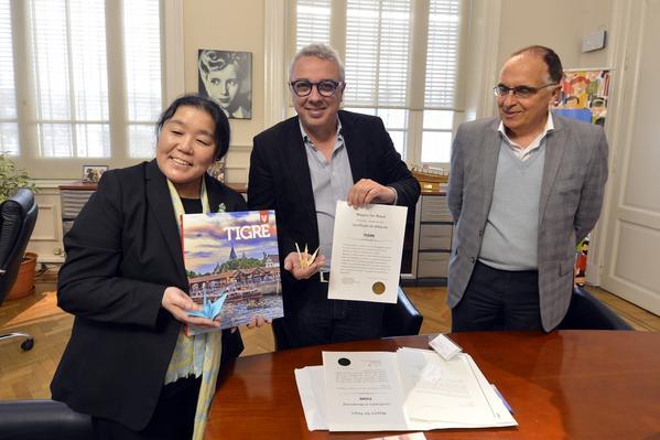 El intendente Julio Zamora recibió de la directora de la Fundación Sadako, Tomoko Aikawa, el certificado que reconoce a la ciudad como nuevo miembro del programa global, que vela por la solidaridad, el respeto y la conservación del medio ambiente.