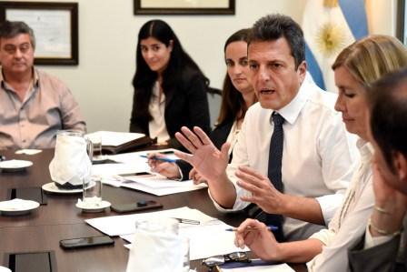Sergio Massa mantuvo una reunión con representantes de Asociaciones de Defensa al Consumidor, acompañado por la Presidenta del Bloque del FR, Graciela Camaño