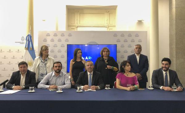 Felipe Solá rompió con el Frente Renovador y armó un interbloque con diez diputados junto a Moyano, Donda y el Movimiento Evita