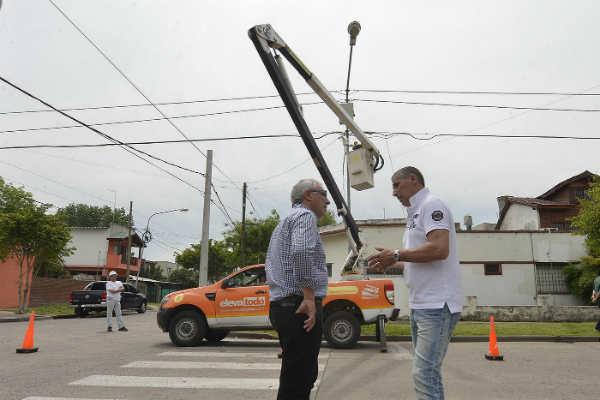El intendente Julio Zamora monitoreó la colocación de dispositivos en las intersecciones de las calles Caseros e Independencia y Necochea y Lavalle. En lo que resta del año, se sumará un total de 300 unidades en todo el distrito.