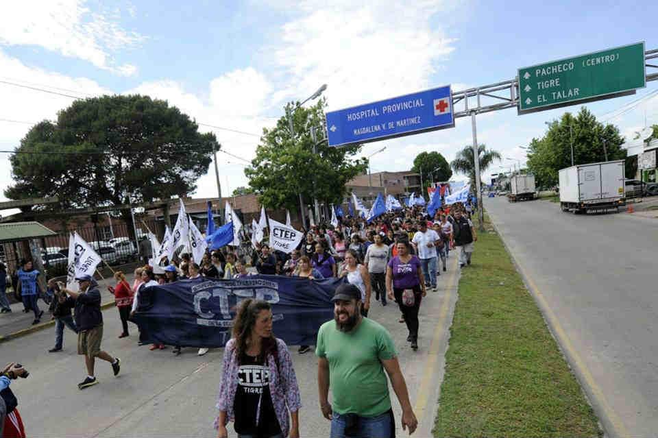 """Cientos de manifestantes marcharon sobre la Ruta 197 hasta el hospital de Pacheco para darle un abrazo simbólico bajo la consigna """"el hospital de Pacheco está en terapia intensiva""""."""