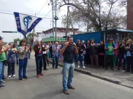 El ex concejal de Tigre, Federico Ugo, acompañó el abrazo al Hospital provincial de Pacheco que realizaron más de 600 vecinas y vecinos de la comunidad de este distrito.