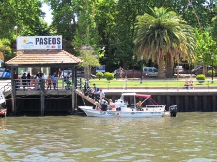Paro, reclamos y tensión por la crisis del transporte fluvial. Turistas abordan lancha taxi