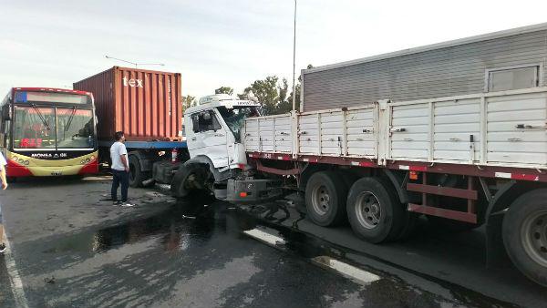 Importantes demoras por el choque de dos camiones y un colectivo en Panamericana
