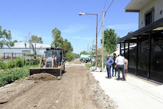 El intendente de Tigre, Julio Zamora, recorrió las obras que el municipio lleva adelante con fondos propios en el barrio Malvinas. Además, dialogó con los vecinos sobre las mejoras que traen los trabajos en la zona.