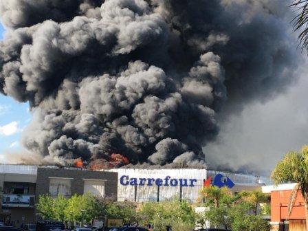 Se incendia el local de Carrefour en Rincón de Milberg