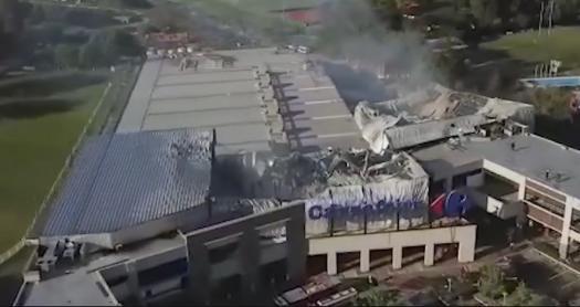 Un voraz incendio afectó un depósito de camas elásticas y un local de Carrefour en  un  centro comercial de Tigre