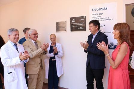 El intendente Gustavo Posse realizó el descubrimiento de la placa que destaca el sistema de excelencia del hospital.