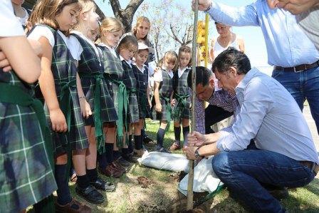 Posse y alumnas del colegio Buen Ayre plantaron árboles