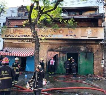 Un incendio destruyó un supermercado chino en Vicente López