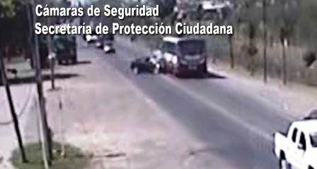Choque frontal entre auto y colectivo en Tigre culminó en un dramático rescate de dos personas