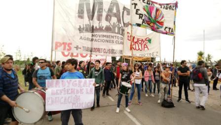 Trabajadores de cooperativas concentran en Panamericana frente a la Fábrica Ford
