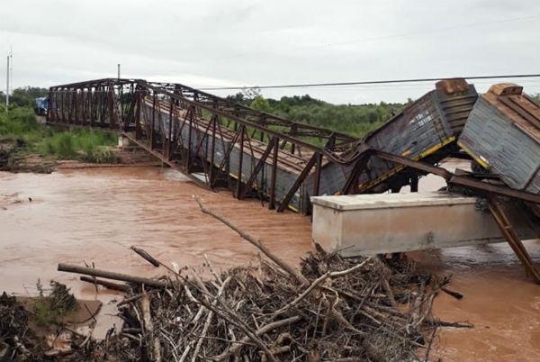 Cayó un puente ferroviario sobre el Río Colorado justo cuando pasaba el tren