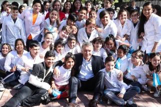 Macri celebró los 35 años de la democracia con alunos de escuelas primarias de Olivos
