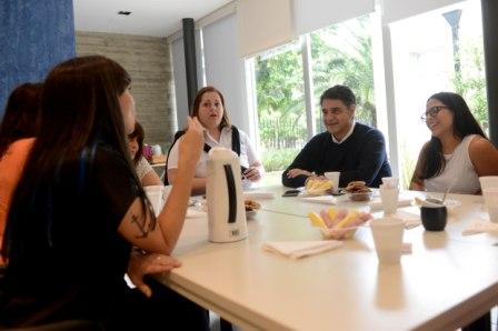 Junto a empleadas de la Secretaría de Recursos Humanos, el intendente de Vicente López, Jorge Macri, compartió un desayuno en el salón de usos múltiples del Instituto Bignone y anunció un bono de fin de año y la reapertura de paritarias de este año.