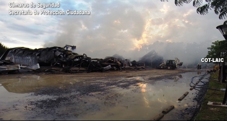 Fotos y video del operativo para combatir el feroz incendio de una guardería náutica de Tigre