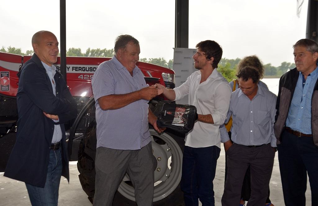 Juan Andreotti entregó un tractor a productores del Delta.