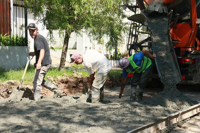 Continúan las tareas de bacheo en el bajo de San Isidro.