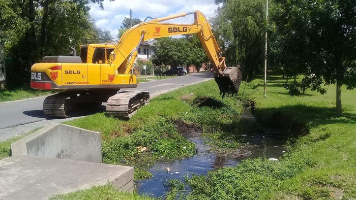 General Pacheco: limpieza en el arroyo Artigas para facilitar el desagüe pluvial.