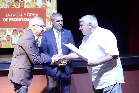 Julio Zamora encabezó la entrega de 130 escrituras a familias del distrito