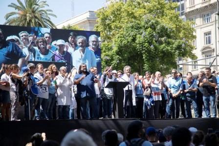 """En el primer día de paro, docentes marcharon a Plaza de Mayo y denunciaron un """"desfinanciamiento educativo"""""""