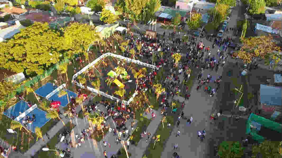 Julio Zamora inauguró la plaza N°27 y anunció obras de asfalto y gas para el barrio Las Tunas