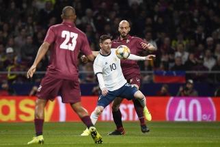 Argentina, en el regreso de Messi, dejó una imagen desdibujada y perdió ante  Venezuela por 3 a 1