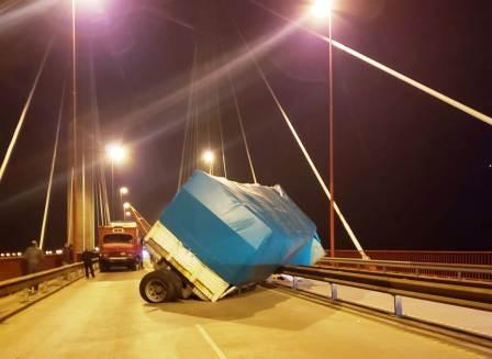 Un camión cargado con plomo volcó en el puente Zárate Brazo Largo