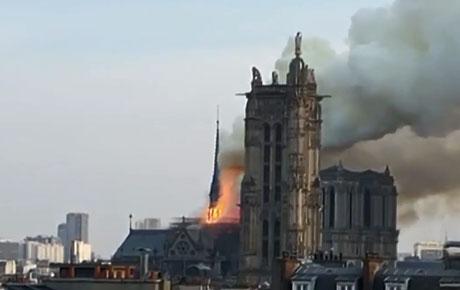 Se desató un incendio en la catedral Notre Dame de París