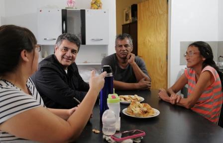 Jorge Macri se reunió con las dos familias que recibieron su vivienda en el marco del proyecto de mejoras en el barrio Las Flores de Vicente López.