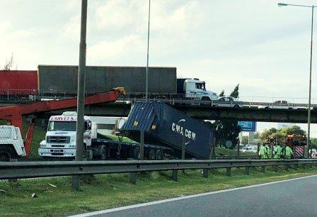 Un camión chocó un puente y perdió el contenedor en la autopista Panamericana