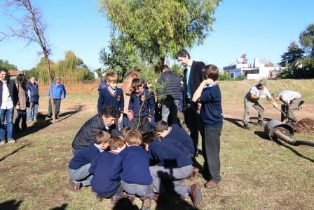 Posse y alumnos del San Juan plantaron árboles en el parque público del puerto de San Isidro