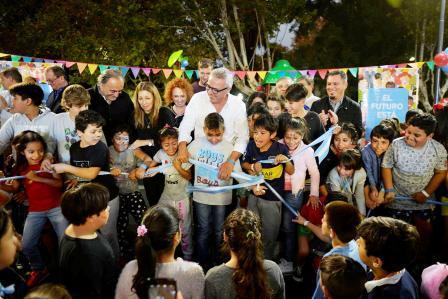 Julio Zamora inauguró juegos nuevos, una cancha de básquet y una estación aeróbica en la plaza Bernardino Rivadavia