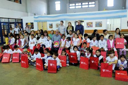 Julio Zamora destacó a una docente y entregó material educativo a alumnos de la Escuela Primaria N°55