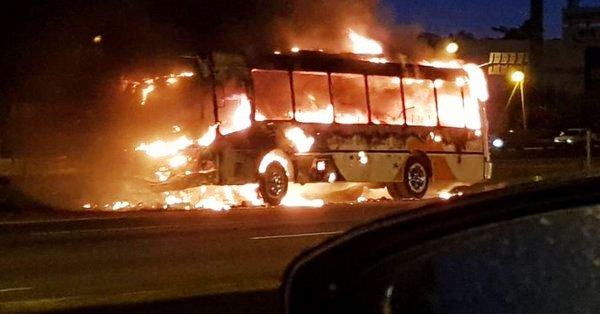 Se incendió un colectivo en la Panamericana a la altura de la localidad de Don Torcuato