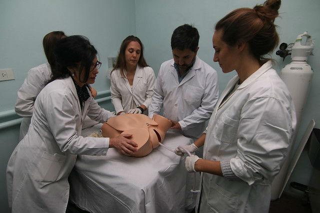 El hospital Materno Infantil de San Isidro incorporó un simulador de parto