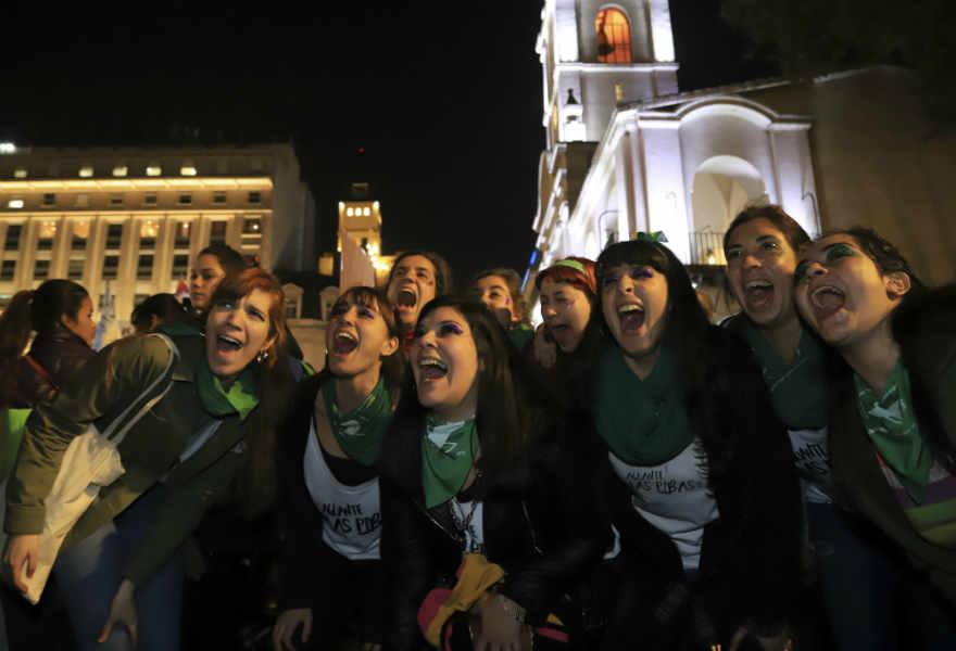 """Miles de mujeres marcharon desde Congreso a Plaza de Mayo contra la """"violencia económica"""" y machista y los femicidios"""